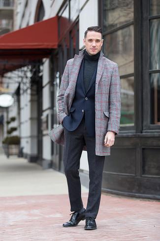 Как и с чем носить: серое длинное пальто в шотландскую клетку, темно-синий пиджак, темно-серая водолазка, темно-серые шерстяные классические брюки