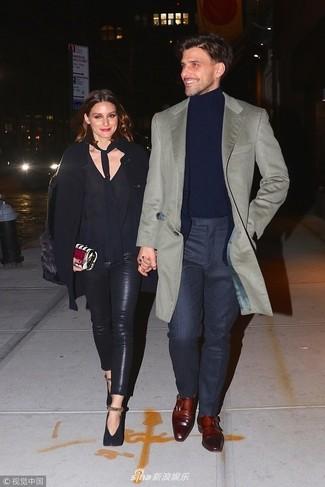Как и с чем носить: серое длинное пальто, черный пиджак, темно-синяя водолазка, темно-серые классические брюки