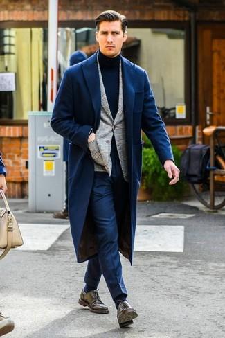 Как и с чем носить: темно-синее длинное пальто, серый пиджак в шотландскую клетку, темно-синяя водолазка, темно-синие классические брюки