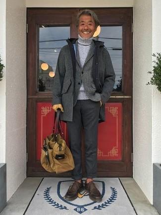 Как и с чем носить: серое длинное пальто, серый шерстяной пиджак, серая вязаная водолазка, темно-серые классические брюки