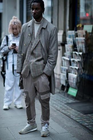 Как и с чем носить: серое длинное пальто в клетку, серый пиджак в клетку, белая водолазка, серые брюки карго
