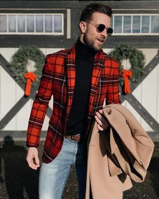 Как и с чем носить: бежевое длинное пальто, красный пиджак в шотландскую клетку, черная водолазка, синие джинсы