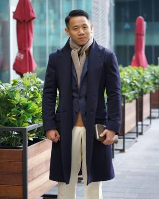 Как и с чем носить: темно-синее длинное пальто, темно-синий шерстяной пиджак, светло-коричневая водолазка, белые классические брюки