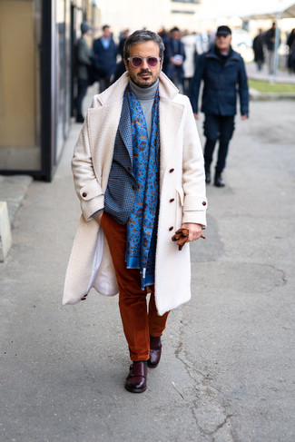 Как и с чем носить: белое длинное пальто, синий пиджак в мелкую клетку, серая шерстяная водолазка, табачные вельветовые брюки чинос
