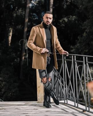 Как и с чем носить: светло-коричневое длинное пальто, светло-коричневый пиджак, черная водолазка, темно-серые рваные джинсы