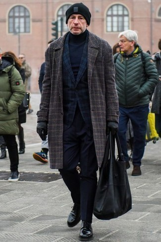 Черные кожаные туфли дерби: с чем носить и как сочетать: Комбо из темно-серого длинного пальто в шотландскую клетку и темно-синих классических брюк поможет воссоздать строгий деловой стиль. В сочетании с этим ансамблем наиболее уместно смотрятся черные кожаные туфли дерби.