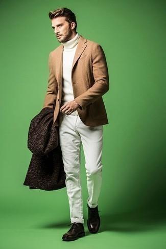 С чем носить темно-коричневые кожаные туфли дерби: Если ты принадлежишь к той немногочисленной группе джентльменов, которые каждый день стараются выглядеть с иголочки, тебе придется по вкусу ансамбль из темно-коричневого длинного пальто и белых брюк чинос. Любишь незаезженные сочетания? Заверши образ темно-коричневыми кожаными туфлями дерби.