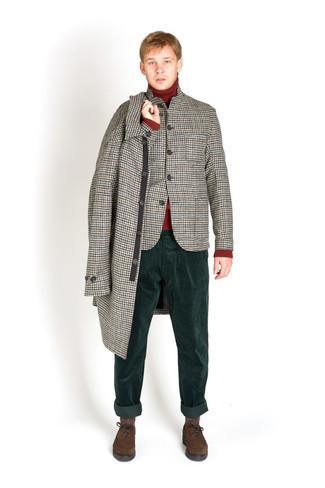"""С чем носить серый шерстяной пиджак с узором """"гусиные лапки"""" мужчине: Воссоздать такой ансамбль из серого шерстяного пиджака с узором """"гусиные лапки"""" и темно-зеленых вельветовых брюк чинос легко, главное - подобрать вещи по фигуре. Любишь экспериментировать? Дополни лук темно-коричневыми замшевыми туфлями дерби."""