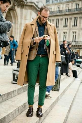 Как и с чем носить: светло-коричневое длинное пальто, светло-коричневый шерстяной пиджак в шотландскую клетку, темно-синяя джинсовая рубашка, зеленые брюки чинос
