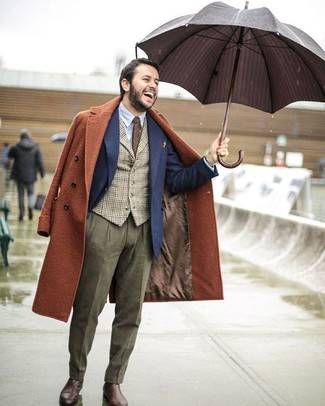 Как и с чем носить: табачное длинное пальто, темно-синий шерстяной пиджак, коричневый жилет в мелкую клетку, голубая классическая рубашка