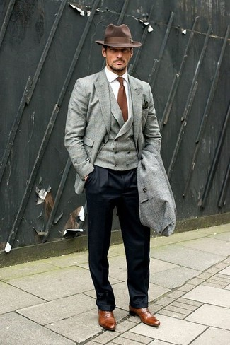 Как и с чем носить: серое длинное пальто, серый пиджак, серый жилет, белая классическая рубашка