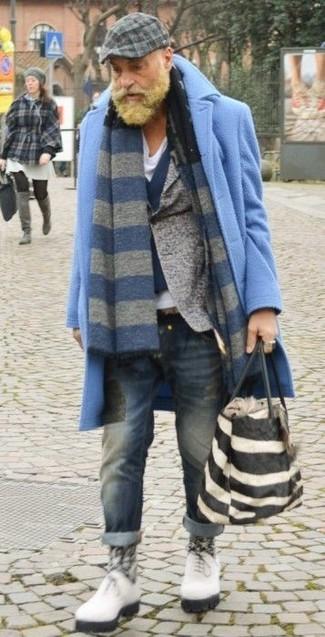 Как и с чем носить: голубое длинное пальто, серый шерстяной пиджак, темно-синий шерстяной жилет, белая футболка с v-образным вырезом