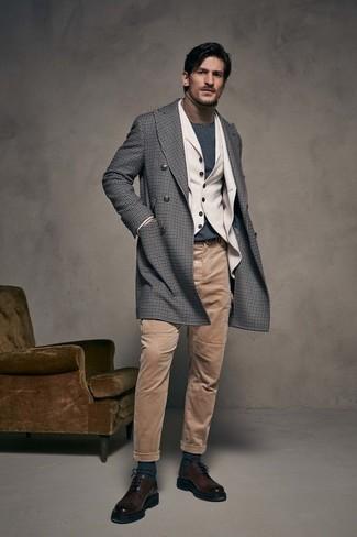 Как и с чем носить: серое длинное пальто в мелкую клетку, бежевый шерстяной пиджак, бежевый шерстяной жилет, светло-коричневая водолазка