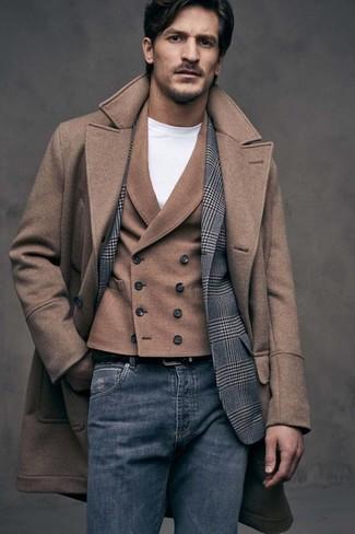 Как и с чем носить: коричневое длинное пальто, серый шерстяной пиджак в шотландскую клетку, коричневый шерстяной жилет, белая футболка с круглым вырезом