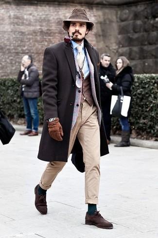 Темно-коричневый жилет: с чем носить и как сочетать: Несмотря на то, что это весьма выдержанный лук, сочетание темно-коричневого жилета и бежевых брюк чинос является неизменным выбором стильных молодых людей, пленяя при этом сердца прекрасных дам. Любишь незаезженные идеи? Заверши образ темно-коричневыми замшевыми оксфордами.