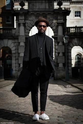 Как и с чем носить: черное длинное пальто, черный пиджак, черный жилет, черная водолазка