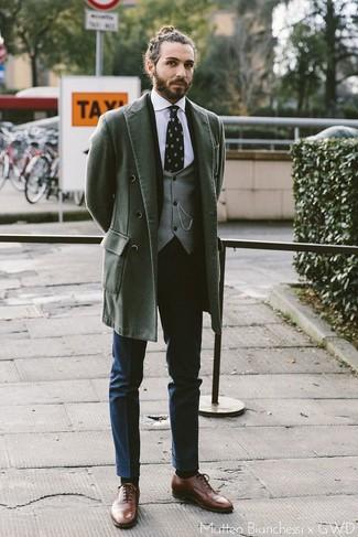 Темно-синие классические брюки: с чем носить и как сочетать мужчине: Несмотря на то, что это весьма сдержанный ансамбль, ансамбль из темно-зеленого длинного пальто и темно-синих классических брюк всегда будет нравиться стильным мужчинам, но также покоряет при этом сердца противоположного пола. Вкупе с этим луком выигрышно выглядят коричневые кожаные оксфорды.