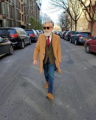 Модные мужские луки 2020 фото: Светло-коричневое длинное пальто и синие джинсы — классное решение для свидания или похода в бар с друзьями. Если сочетание несочетаемого привлекает тебя не меньше, чем безвременная классика, заверши этот образ светло-коричневыми замшевыми ботинками дезертами.