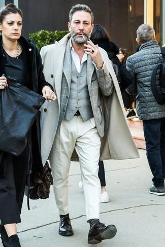 Черные кожаные туфли дерби: с чем носить и как сочетать: Составив лук из бежевого длинного пальто и белых брюк чинос, получишь превосходный мужской лук для неофициальных мероприятий после работы. Думаешь привнести в этот лук нотку эффектности? Тогда в качестве дополнения к этому луку, стоит обратить внимание на черные кожаные туфли дерби.