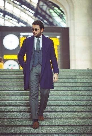 Мужские луки в прохладную погоду: Темно-синее длинное пальто и серые классические брюки позволят создать выразительный мужской лук. Тебе нравятся незаурядные сочетания? Можешь дополнить свой образ коричневыми замшевыми лоферами с кисточками.