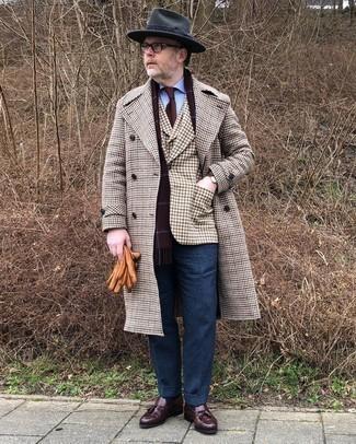С чем носить коричневый пиджак в мелкую клетку мужчине: Несмотря на то, что этот образ кажется достаточно консервативным, сочетание коричневого пиджака в мелкую клетку и темно-синих шерстяных классических брюк всегда будет по душе стильным мужчинам, но также покоряет при этом сердца представительниц прекрасного пола. Темно-коричневые кожаные лоферы с кисточками удачно дополнят этот ансамбль.