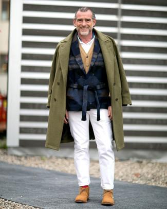 Как и с чем носить: оливковое длинное пальто, темно-синий шерстяной пиджак с принтом, светло-коричневый кардиган, белая футболка-поло