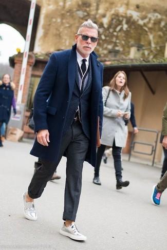 Как и с чем носить: темно-синее длинное пальто, темно-синий пиджак в вертикальную полоску, серый кардиган, белая классическая рубашка