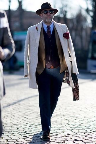 Как и с чем носить: бежевое длинное пальто, коричневый пиджак, темно-коричневый кардиган, голубая классическая рубашка