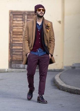Как и с чем носить: светло-коричневое длинное пальто, черный пиджак, темно-красный кардиган, синяя джинсовая рубашка