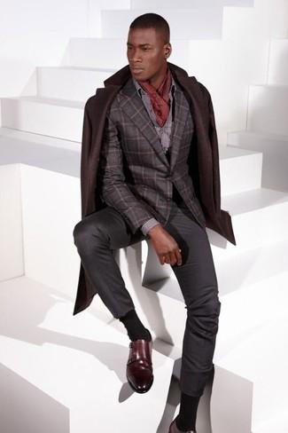 Как и с чем носить: темно-коричневое длинное пальто, темно-серый шерстяной пиджак в клетку, серая классическая рубашка в горошек, темно-серые классические брюки