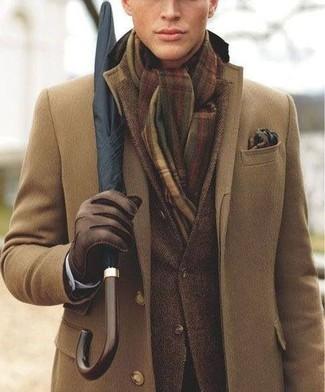 длинное пальто в сочетании с темно-коричневым пиджаком позволит исполнить строгий деловой стиль.