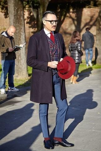 Как и с чем носить: темно-синее длинное пальто, красно-темно-синий пиджак в шотландскую клетку, белая классическая рубашка, темно-синие классические брюки
