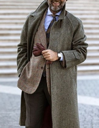 """Как и с чем носить: серое длинное пальто с узором """"в ёлочку"""", коричневый шерстяной пиджак в шотландскую клетку, белая классическая рубашка, темно-коричневые шерстяные классические брюки"""
