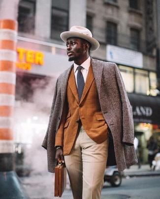 """Как и с чем носить: серое длинное пальто с узором """"в ёлочку"""", табачный пиджак в клетку, белая классическая рубашка, бежевые классические брюки"""