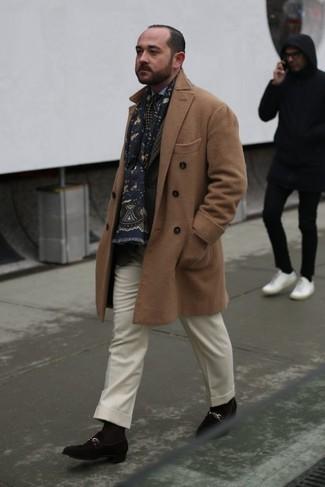 Темно-коричневый пиджак в шотландскую клетку: с чем носить и как сочетать мужчине: Несмотря на то, что это классический ансамбль, ансамбль из темно-коричневого пиджака в шотландскую клетку и белых шерстяных классических брюк всегда будет выбором стильных молодых людей, пленяя при этом дамские сердца. В сочетании с этим образом органично выглядят темно-коричневые замшевые лоферы.