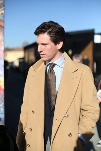 Как и с чем носить: светло-коричневое длинное пальто, черный пиджак, голубая классическая рубашка в вертикальную полоску, серые классические брюки