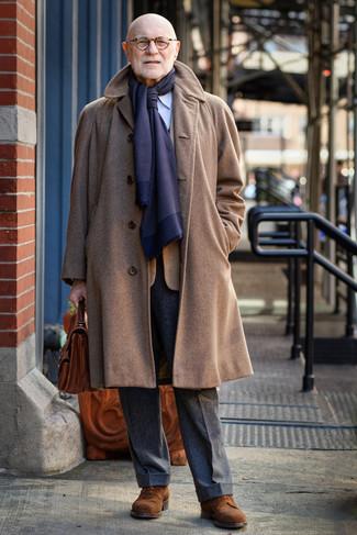 Как и с чем носить: коричневое длинное пальто, табачный пиджак в клетку, голубая классическая рубашка в вертикальную полоску, темно-серые шерстяные классические брюки