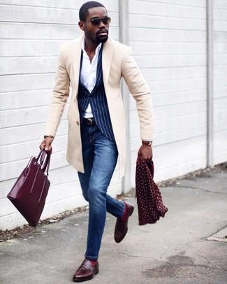 Темно-синий пиджак в вертикальную полоску: с чем носить и как сочетать мужчине: Темно-синий пиджак в вертикальную полоску и синие зауженные джинсы прочно закрепились в гардеробе современных парней, позволяя создавать незаезженные и стильные образы. Любители экспериментировать могут закончить ансамбль коричневыми кожаными лоферами, тем самым добавив в него чуточку строгости.