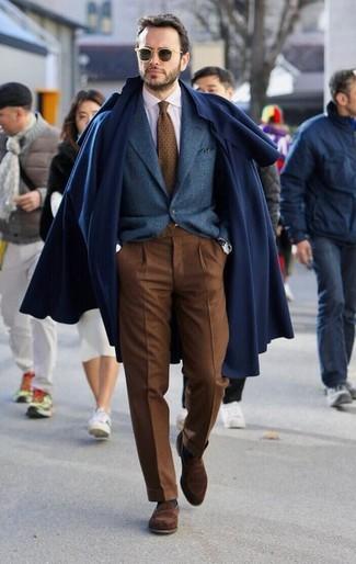 Как и с чем носить: темно-синее длинное пальто, темно-синий шерстяной пиджак, белая классическая рубашка, коричневые классические брюки