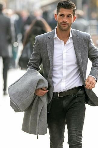 Как и с чем носить: серое длинное пальто, серый шерстяной пиджак, белая классическая рубашка, черные джинсы