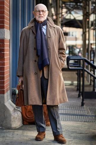 Темно-синий шарф: с чем носить и как сочетать мужчине: Такое лаконичное и практичное сочетание базовых вещей, как светло-коричневое длинное пальто и темно-синий шарф, придется по душе мужчинам, которые любят проводить дни в постоянном движении. Хочешь сделать лук немного элегантнее? Тогда в качестве обуви к этому ансамблю, стоит обратить внимание на коричневые замшевые туфли дерби.