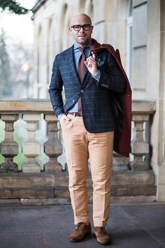 Темно-красный галстук в горошек: с чем носить и как сочетать мужчине: Темно-красное длинное пальто в паре с темно-красным галстуком в горошек поможет создать модный и в то же время изысканный лук. Заверши лук коричневыми замшевыми брогами, если боишься, что он получится слишком вычурным.