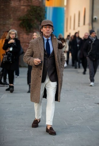 """Мужские луки зима: Сочетание коричневого длинного пальто с узором """"в ёлочку"""" и белых вельветовых классических брюк позволит реализовать элегантный мужской стиль. Темно-коричневые замшевые лоферы с кисточками — прекрасный вариант, чтобы дополнить ансамбль. В зимнее время нам хочется одеваться не только тепло, но еще и модно. Такое сочетание обязательно в этом поможет."""