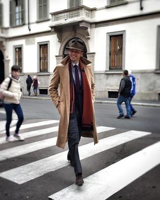 Мужские луки зима: Несмотря на то, что это классический образ, дуэт светло-коричневого длинного пальто и темно-серых классических брюк всегда будет выбором современных джентльменов, покоряя при этом сердца девушек. Любишь дерзкие решения? Можешь завершить свой ансамбль темно-коричневыми замшевыми ботинками челси. Зимой большое значение имеют тепло и удобство. Этот лук обеспечит и то, и другое без жертв по части моды.