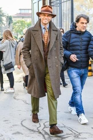 С чем носить коричневое длинное пальто: Несмотря на то, что этот лук весьма классический, дуэт коричневого длинного пальто и оливковых шерстяных классических брюк всегда будет выбором современных джентльменов, неминуемо покоряя при этом сердца прекрасных дам. Вместе с этим луком прекрасно будут смотреться темно-коричневые замшевые оксфорды.