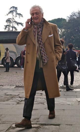 Как одеваться мужчине за 60: Несмотря на то, что этот лук выглядит довольно сдержанно, дуэт светло-коричневого длинного пальто и черных классических брюк всегда будет выбором современных джентльменов, покоряя при этом сердца дамского пола. Любители рискованных вариантов могут дополнить образ коричневыми замшевыми туфлями дерби.