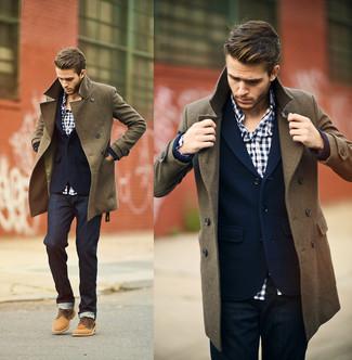 Длинное пальто великолепно сочетается с темно-синими джинсами. И почему бы не добавить в этот образ элегантности с помощью табачных замшевых туфель дерби?