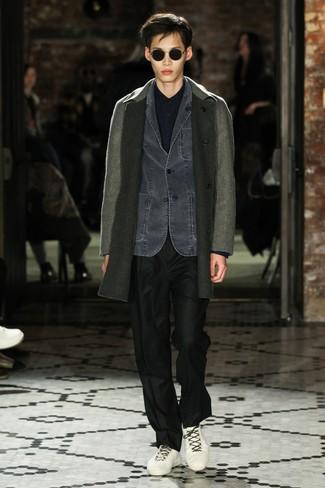 Как и с чем носить: серое длинное пальто, темно-серый джинсовый пиджак, темно-синяя рубашка с длинным рукавом, черные классические брюки