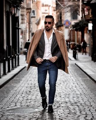Как и с чем носить: светло-коричневое длинное пальто, темно-серый шерстяной пиджак, белая рубашка с длинным рукавом, темно-синие джинсы