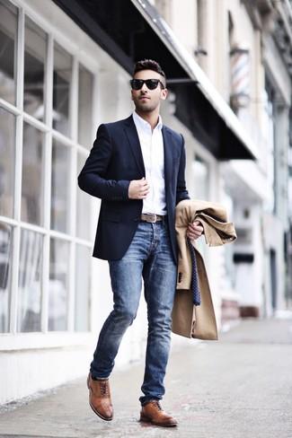 Как и с чем носить: светло-коричневое длинное пальто, темно-синий пиджак, белая рубашка с длинным рукавом, синие джинсы